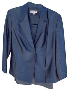 August Max Woman Fitted Suit
