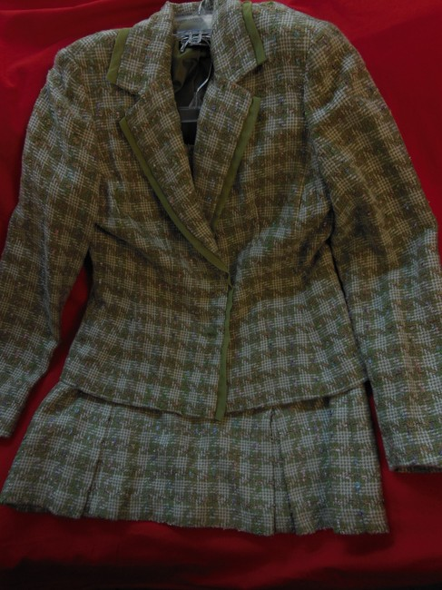 Item - Olive Green and Off White Women's Jacket + with Special Floral Buttons Lace Trim Details Skirt Suit Size 10 (M)