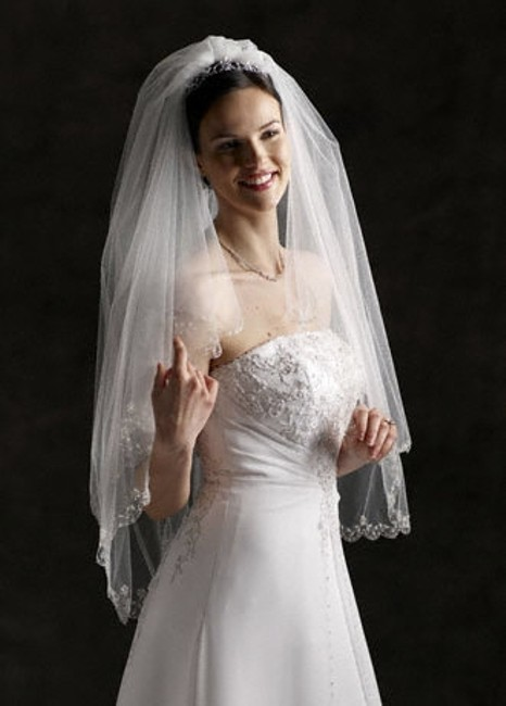 Item - White Medium Style 689 Fingertip Length Two-tier with Scallop Edge Bridal Veil