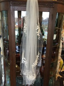 Gorgeous Fingertip-length Tulle Veil With Beaded Lace Appliques