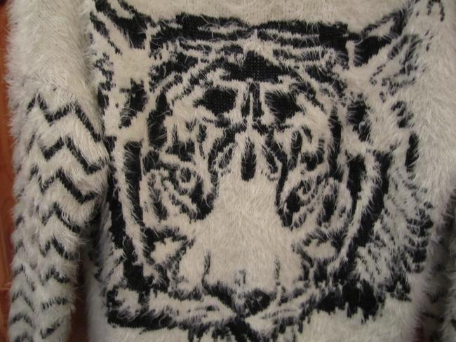 Charlotte Russe Crew Neck Long Sleeve Soft Comfortable Tiger Face Zig Zag Print Ivory Medium Sweater