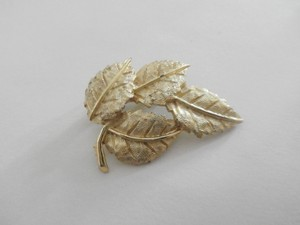 Vintage Gold Tone Leaves Pin Brooch
