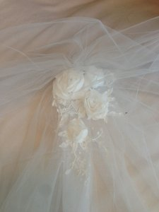 White Long Veil With Rhinestone And Rose Pattern