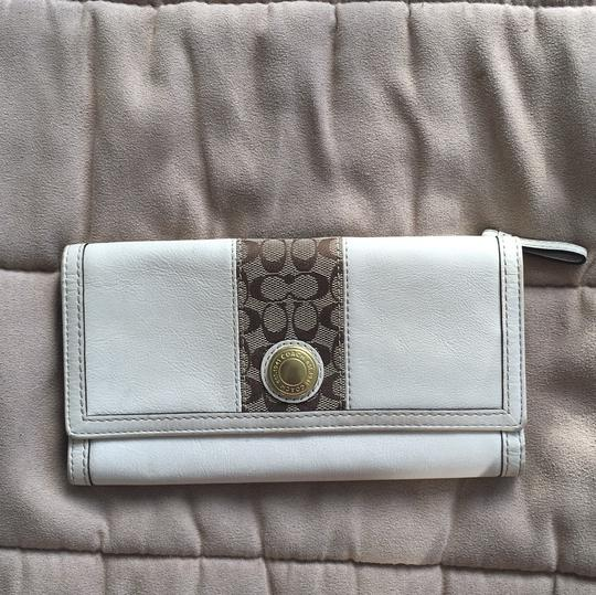 Preload https://img-static.tradesy.com/item/8788045/coach-cream-leather-with-logo-accents-credit-card-slots-wallet-0-0-540-540.jpg