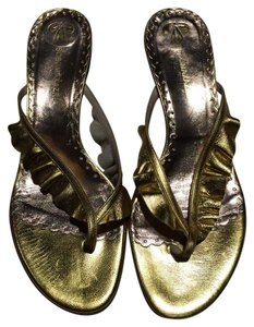 BCBGMAXAZRIA Leather Metallic Ruffle Thong Flat gold Sandals