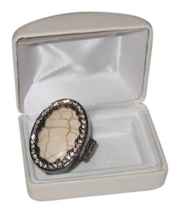 CREAM STONE RING WITH FLEXIBLE FINGER SIZE