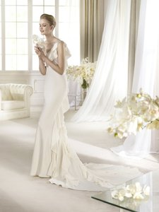 St. Patrick Off White/Ivory Satin Atlas Modern Wedding Dress Size 8 (M)