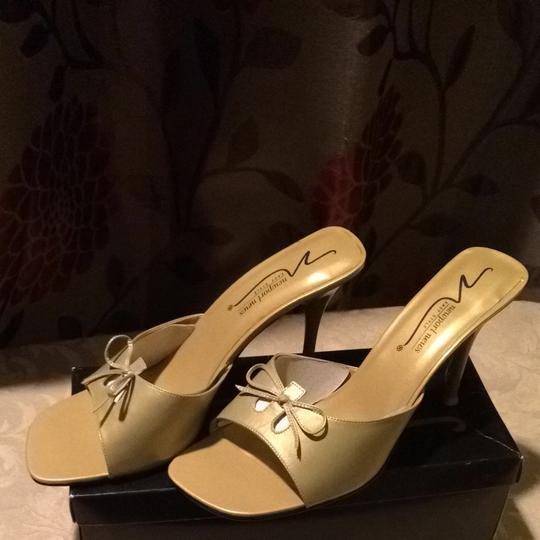 Newport News Gold Pumps