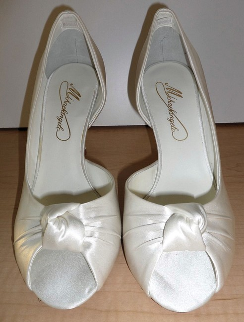 Item - Ivory Silk Satin Peep Toe with Ruched Knot Face-leather Sole Pumps Size US 8.5