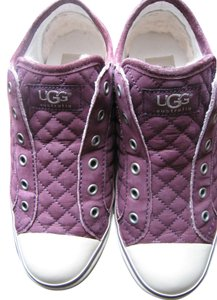 UGG Australia Quilted Comfortable Warm Cozy maroon Athletic