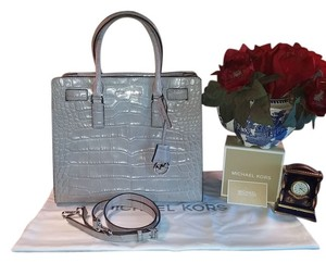Michael Kors Amazing Color Croco Embossing Convertible Crossbody Nwt Gleaming Silver Hardware Leather Medallion Logo Charm Center Satchel in Ash Grey