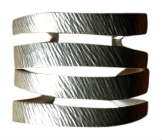 Preload https://item2.tradesy.com/images/silver-striped-cuff-necklace-917186-0-0.jpg?width=440&height=440