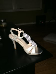 De Blossom Collection Silver Shimmer Pumps Size US 6