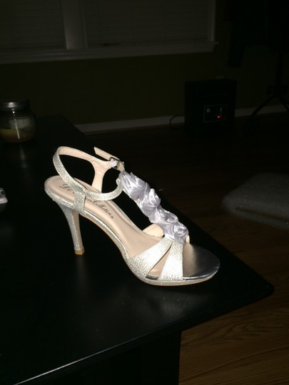 Preload https://item2.tradesy.com/images/de-blossom-collection-silver-shimmer-pumps-size-us-6-930496-0-0.jpg?width=440&height=440