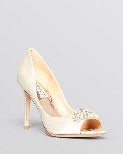Badgley Mischka Ivory Pumps Size US 9 Narrow (Aa, N)