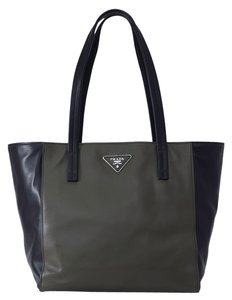 Prada Shopping Shopping Leather Leather Luxury Tote in Black/Dark Green