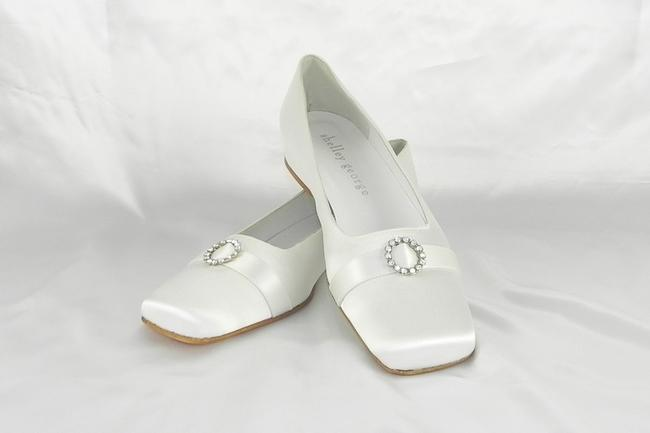 Item - White Daisy Silk Satin Formal Size US 7 Regular (M, B)