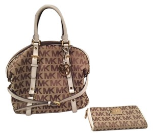 Michael Kors Bedford Large Signature Satchel in Beige/Camel/Luggage