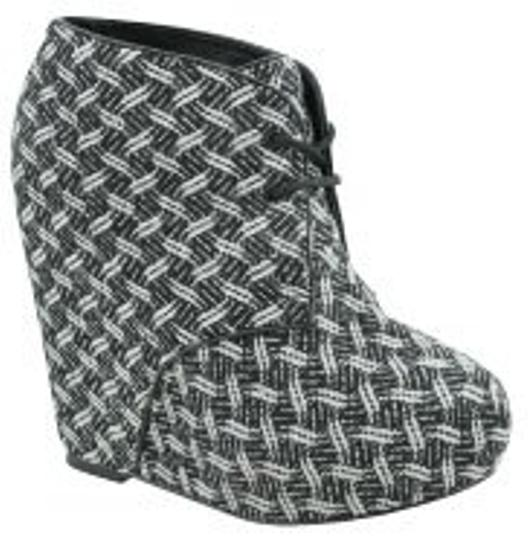 Preload https://item1.tradesy.com/images/steve-madden-black-and-white-snake-print-bootsbooties-size-us-85-regular-m-b-965-0-0.jpg?width=440&height=440