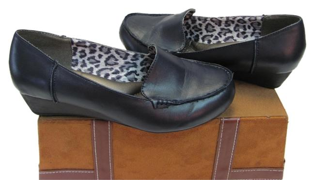 Item - Navy Very Good Condition Padded Beds Flats Size US 8.5 Wide (C, D)