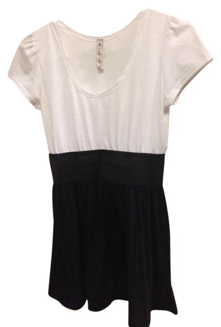 Preload https://item1.tradesy.com/images/white-and-black-tunic-size-6-s-965530-0-0.jpg?width=400&height=650