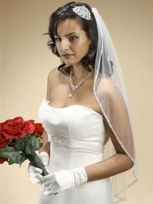Item - Ivory Long Rhinestone Edge with Pearls and Beads Bridal Veil