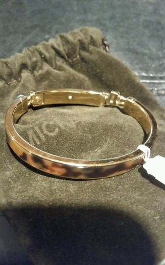 Michael Kors MICHAEL KORS HERITAGE PLAQUE GOLD TONE TORTOISE HINGED BANGLE BRACELET NEW WITH TAG AND POUCH