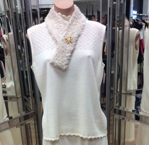 St. John St John Top Cream With A Scarf Pin