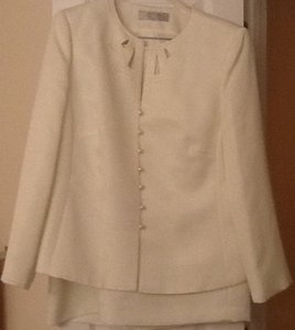 Tahari Tahari Ivory Ladies 2 piece suit with pearl buttons