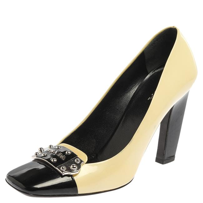 Item - Yellow/Black Patent Leather Logo Silver Plaque Square Size 39.5 Pumps