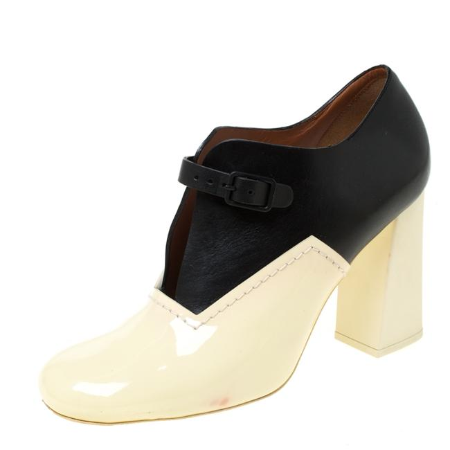 Item - Cream/Black Patent Leather V Neck Buckle Strap Size 39 Boots/Booties